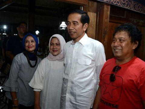 Jokowi melayani sesi foto sesudah makan siang.