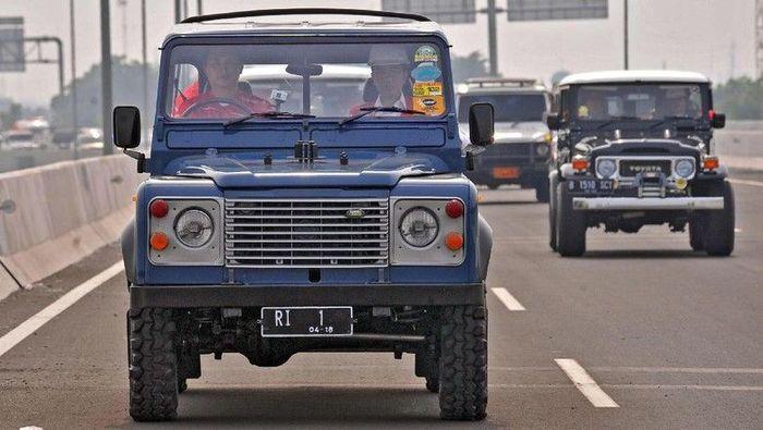 Kendaraan unik perdana yang ditumpangi Jokowi saat meresmikan tol adalah mobil Land Rover tipe Defender di Jalan Tol Becakayu seksi 1B-C. Selain Land Rover, sejumlah mobil off road lainnya seperti Jeep, Toyota Hardtop hingga Suzuki Jimny juga ikut dalam konvoi. (Dok. Biro Pers Setpres)