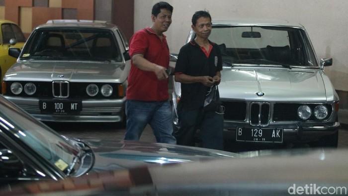 Pameran mobil klasik yang diadakan oleh Perhimpunan Penggemar Mobil Kuno Indonesia (PPMKI) menarik perhatian orang. Pameran didatangi oleh sejumlah pengunjung, mulai dari anak -anak hingga orang tua.