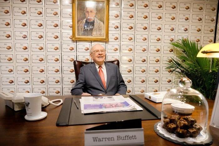 Memiliki nama lengkap Warren Edward Buffett. Dikenal dunia sebagai investor, pengusaha, dan philanthropist asal Amerika yang suka makanan manis! Foto: Istimewa