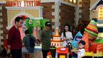 Tut-tut... Jokowi Naik Kereta Mal Bareng Cucu