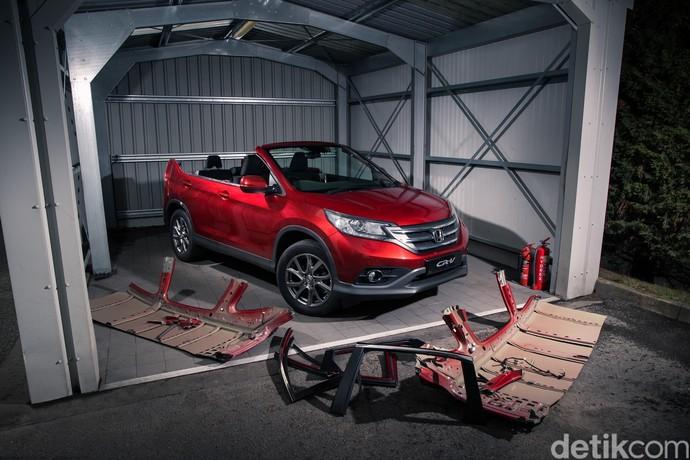 Seperti terlihat di foto atas, mobil Honda CR-V itu tidak memiliki atap. Pilar B dan C mobil sudah dicopot, jadilah mobil dengan atap terbuka yang sudah mengurangi aspek keselamatan kendaraan, jadi tidak bisa dikendarai. Foto: Honda