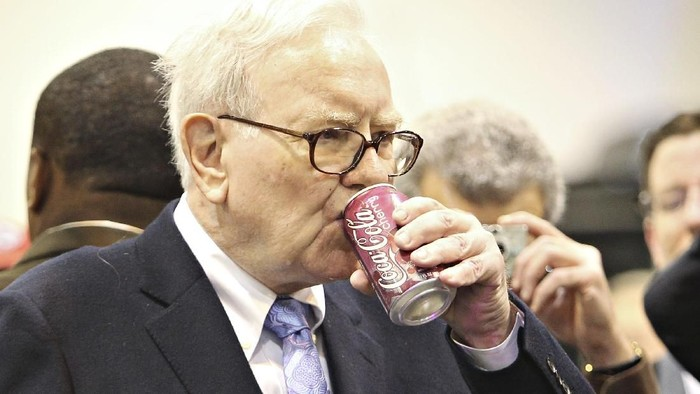 Warren Buffett, chairman and chief executive officer of Berkshire Hathaway Inc., plays bridge at an event on the sidelines the Berkshire Hathaway annual shareholders meeting in Omaha, Nebraska, U.S., on Sunday, May 7, 2017. Buffet said the health care bill approved by House Republicans this week with the support of President Donald Trump will aid the wealthiest Americans at the expense of everyone else and will likely drive up the budget deficit. Photographer: Daniel Acker/Bloomberg via Getty Images