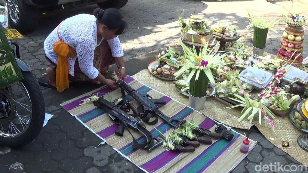 Foto: Ritual Unik Bersyukur Untuk Senjata