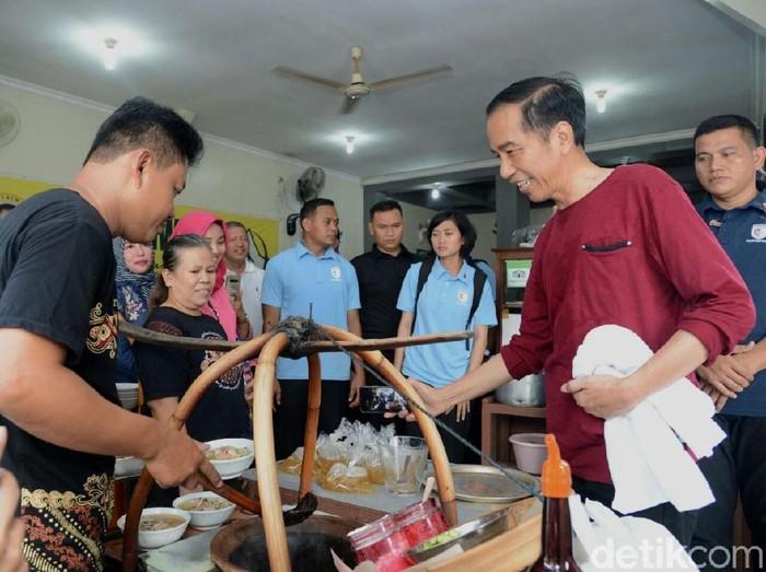 Jokowi dan keluarga makan Soto Triwindu di Solo bersama keluarganya.