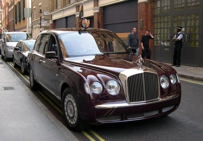 Menurut The Richest, Bentley State Limousine milik Ratu Elizabeth II ini menjadi mobil petinggi negara dengan harga paling mahal di dunia.Kabarnya kalau mobil ini dijual harganya bisa tembus US$ 15.167.500 yang kalau dirupiahkan mencapai Rp 209 miliar. Wow!Foto: Istimewa
