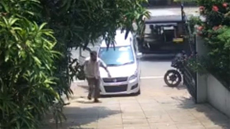 Rem tangan lupa ditarik, Suzuki Karimun Wagon R ini ngegelinding sendiri. Foto: Screenshot Youtube