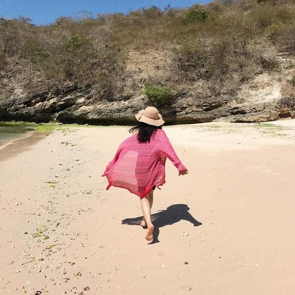 Pantai dan jalan-jalan di kota besar menjadi hobi Cecillia. Dalam foto ini ia sudah mengunjungi Pantai Pink yang kemungkinan besar ada di Lombok (cecillimbad/Instagram)