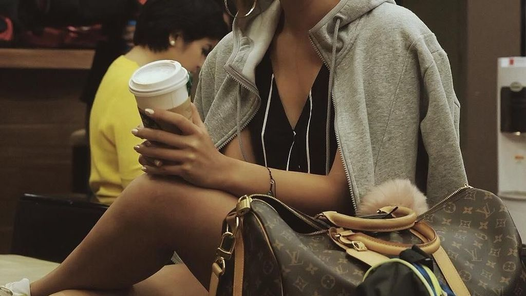 10 Pose Cantiknya Maria Selena Ketika Meracik dan Menikmati Kopi