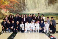 Kim Jong Un berfoto bersama musisi Korea Selatan (KCNA/via Reuters)