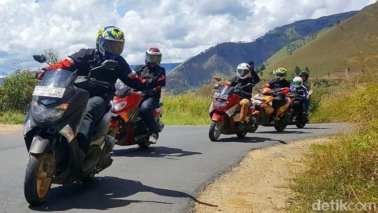 Anak motor menikmati libur panjang ini dengan melakukan touring. Touring digelar menuju destinasi wisata yang menarik. Salah satunya adalah Danau Toba di Sumatera Utara.