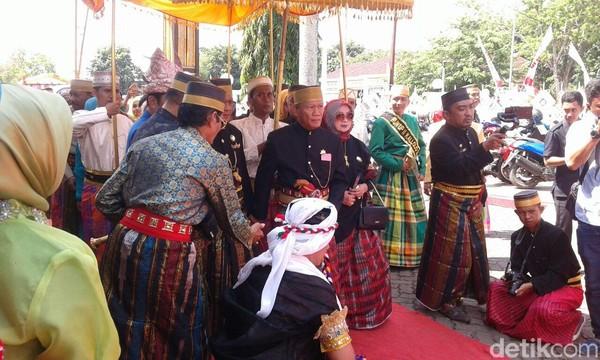 Pada upacara kali ini pemerintah bersama Dewan Adat mengundang sejumlah tamu kehormatan dari berbagai kerajaan di Nusantara dan luar Negeri. (Zulkipli Natsir/detikTravel)