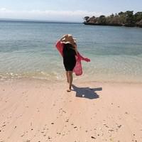 Pantai memang menjadi rujukan si anggun Cecillia. Membahas bajunya, ia terlihat amat anggun di setiap kesempatan liburannya karena selalu memakai rok dengan berbagai aksesoris kainnya (cecillimbad/Instagram)