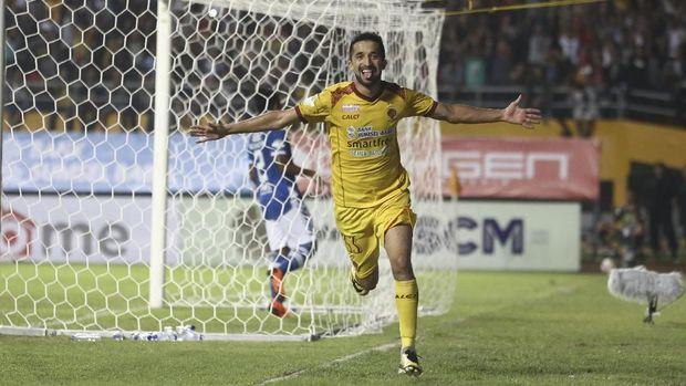 Manuchekhr Dzhalilov mencetak satu gol untuk Sriwijaya FC ketika berhadapan dengan Persipura Jayapura.