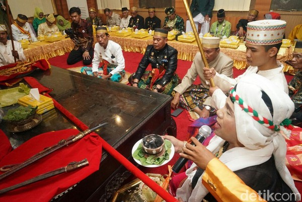 Ritual adat pencucian pusaka seperti keris, parang, dan berbagai benda antik lainnya ini setiap tahun dilaksanakan. (Zulkipli Natsir/detikTravel)