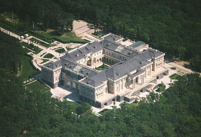 Ini diduga sebagai istana tersembunyi Putin. Dilaporkan, istana ini dibangun untuk Putin menggunakan uang negara. Istimewa/Thrillist.