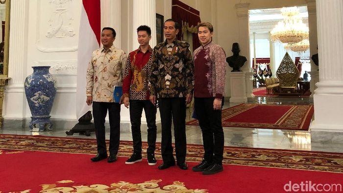 Marcus Fernaldi Gideon sekaligus menyerahkan undangan pernikahan kepada Presiden Jokowi. (Ray Jordan/detikSport)