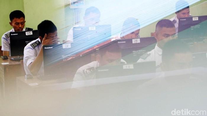 Ujian Nasional SMK Dimulai Hari Ini  Siswa/i SMKN 29 Jakarta mengikuti  Ujian Nasional Berbasis Komputer (UNBK), Jakarta, Senin (2/4/2018). Ujian nasional (UN) untuk siswa sekolah menengah kejuruan (SMK) diselenggarakan mulai hari ini, 2 April hingga 5 April 2018. Kementerian Pendidikan dan Kebudayaan (Kemdikbud) mencatat sebanyak 1.485.302 siswa dari 13.054 SMK mengikuti UN ini.