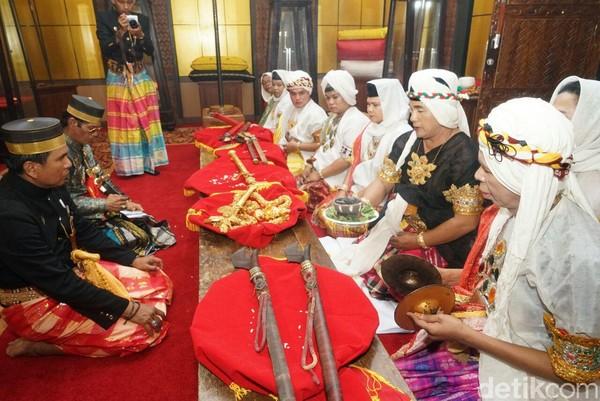 Ritual Mattompang Arajang dianggap sakral, yang mana prosesi doa pun dipimpin oleh sejumlah Bissu, pemuka agama Bugis lelaki yang bersifat perempuan. (Zulkipli Natsir/detikTravel)
