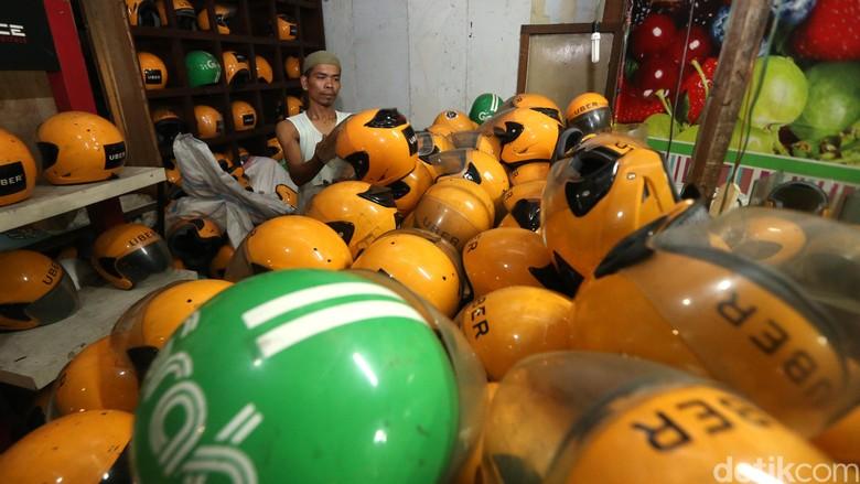 Pedagang menjajakan helm bekas ojek online di Jalan Sultan Agung, Jakarta Selatan, Senin (2/3/2018).
