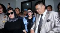 Syahrini bersama Hotman Paris menghadiri sidang lanjutan First Travel di Pengadilan Negeri Depok, Jawa Barat pada Senin (2/4). Lamhot Aritonang/detikFoto.