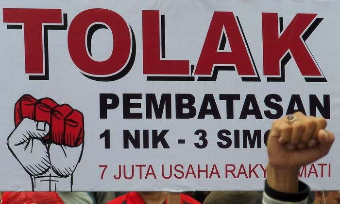 Para penjual pulsa dan kartu perdana lakukan demo protes pembatasan registrasi SIM card. Foto: R. Rekotomo/ANTARA FOTO.