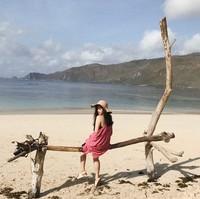 Pasir putih dan lanskap perbukitan gersang saat kemarau menjadi ciri pantai-pantai yang ada di Lombok dan Indonesia timur yang dikunjungi Cecillia ini (cecillimbad/Instagram)