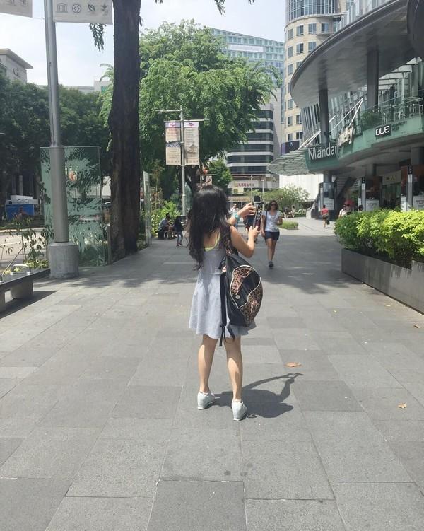 Kali ini Cecillia ada di Orchard Road, Singapura. Dalam foto berikutnya walau tak jelas ada di bagian mana, ia singgah ke Universal Studio (cecillimbad/Instagram)