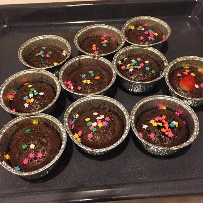 Not bad..... Percobaan bikin kue malam2, tulis Aura Kasih di laman Instagram pribadinya. Wah, ternyata penyanyi cantik ini bisa masak kue. Cupcake cokelat dengan taburan springkle bintang warna warni. Kira-kira enak nggak ya? Foto: Instagram @aurakasih