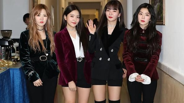 Red Velvet berpose setelah tampil di Pyongyang (Photo by Korea Pool/Getty Images)