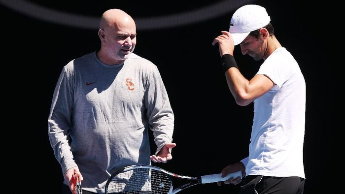 Andre Agassi ketika memberikan arahan kepada Novak Djokovic (Foto: Michael Dodge/Getty Images)