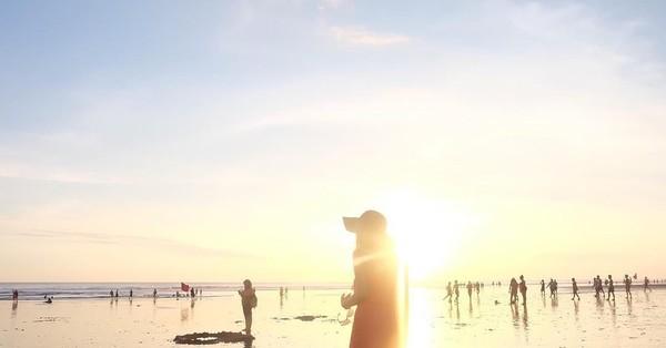 Ini saat Cecillia menikmati sinar sore matahari di Double Six Beach, Bali. Cahaya keemasannnya bikin teduh bukan (cecillimbad/Instagram)