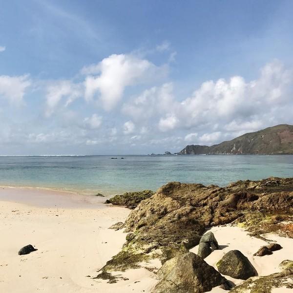 Walau panas menyengat kala Cecillia berlibur di pantai-pantai, ia tetap menikmatinya dan memotret pantai-pantainya (cecillimbad/Instagram)