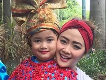 Wah, si kecil Nadeva Letizia Senjaya mau menari nih. (Foto: Instagram @vegadarwanti123)