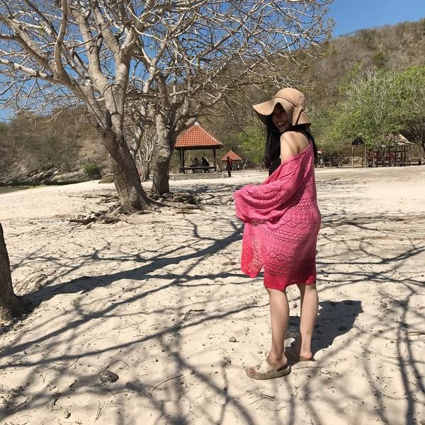 Lombok, NTB memang memiliki pantai yang cantik-cantik seperti Bali atau pantai di Indonesia bagian timur lainnya. Air yang jernih pasti memikat siapapun, tak terkecuali putri Limbad, Cecillia (cecillimbad/Instagram)
