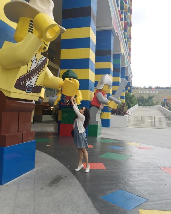 Pindah ke Malaysia, Cecillia juga berlibur ke Taman Hiburan Legoland. Ia nampak sumringah dalam foto-fotonya itu (cecillimbad/Instagram)