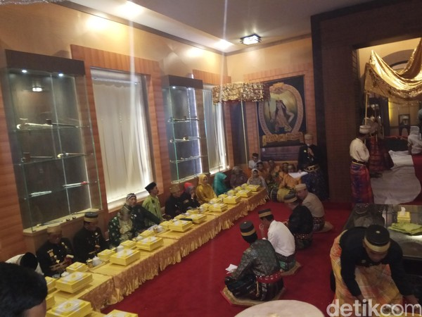 Sebanyak 31 raja, ratu dan tokoh budaya yang diundang menghadiri upacara adat ini. (Zulkipli Natsir/detikTravel)