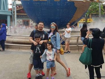Ini adalah keluarga Vega Darwanti, Bun. Senang banget ya saat liburan sekeluarga. (Foto: Instagram @vegadarwanti123)