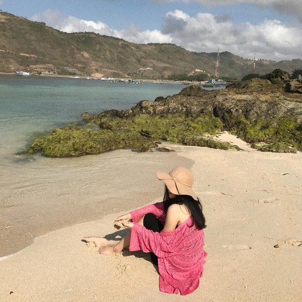 Geser jauh ke dalam negeri liburan Cecillia. Kali ini ia sedang berpanas-panas ria di Pantai Kuta, Lombok Tengah (cecillimbad/Instagram)