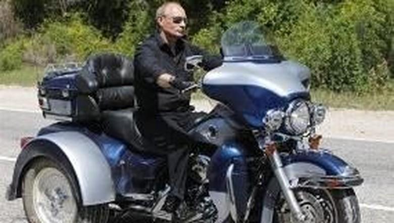 Vladimir Putin mengendarai motor 3 roda pada 2010 lalu (Foto: Istimewa)