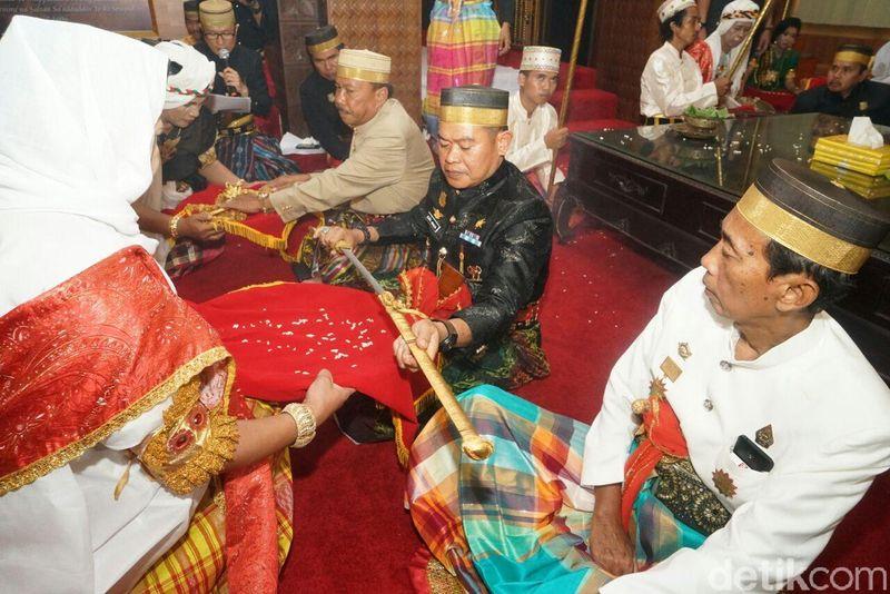 Dalam rangka HUT ke-688, Pemerintah Kabupaten Bone, Sulawesi Selatan mempersembahkan serangkaian upacara adat Mattompang Arajang. (Zulkipli Natsir/detikTravel)