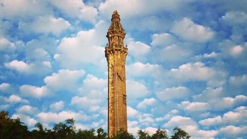 Di balik cantiknya Inggris, ada banyak bangunan bersejarah yang unik. Salah satunya Wainhouse Tower. Selain disebut-sebut sebagai cerobong asap tertinggi di dunia, bangunan ini punya cerita menarik di balik temboknya (jessickles86/Instagram)