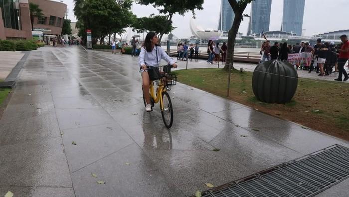 Bersepeda saat musim hujan, kenapa enggak? Foto: (Bonauli/detikTravel)