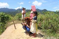 Perjuangan Warga Pedalaman Aceh Nelpon, Cari Sinyal HP Hingga Sehari