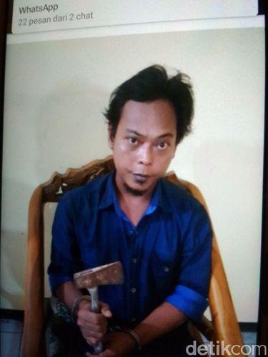 Rudiyanto, pelaku penganiayaan, dengan kapaknya