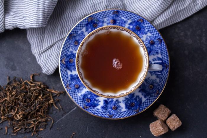 Taurus dikenal dengan kepribadian yang praktis dan sederhana. Pilihan black tea atau teh hitam adalah pilihan yang cocok, tambahkan parutan kelapa serta kayu manis, cengkeh, dan jahe agar rasanya lebih berani. Foto: iStock