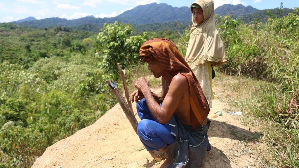 Perjuangan Warga Pedalaman Aceh Cari Sinyal HP di Puncak Bukit