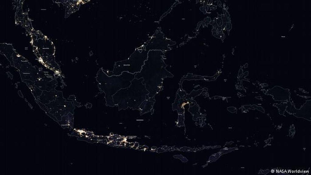 Seperti ini wajah Indonesia bilasaat malam harijika dilihat dari luar angkasa. Potret ini berhasil difoto oleh NASA untuk kurun waktu tahun 2012. Foto: NASA