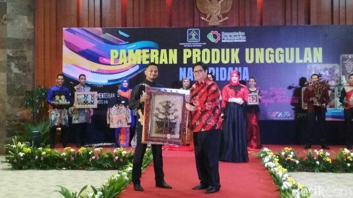 Menperin Airlangga Hartarto beli kerajinan bikinan napi/Foto: Hendra Kusuma/detikFinance