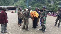 Baku Tembak di Papua, TNI Selamatkan Bayi yang Ditinggal KKSB